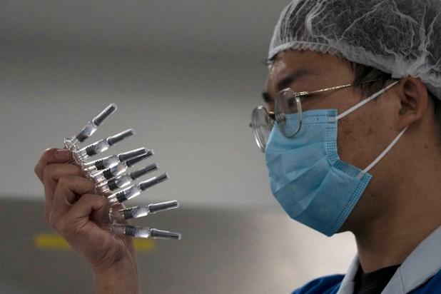 En esta foto del 24 de septiembre de 2020, un empleado inspecciona jeringas para la vacuna contra la COVID-19 producida por Sinovac en su fábrica de Beijing.