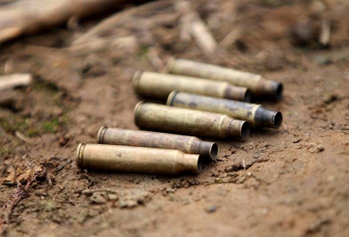 """Tres asesinados a los que los criminales pusieron sobre los cadáveres un letrero que decía """"Los Caparros"""", nombre de una de las bandas criminales que lucha por el control territorial de la zona. Foto: Ernesto Guzmán Jr, EFE"""
