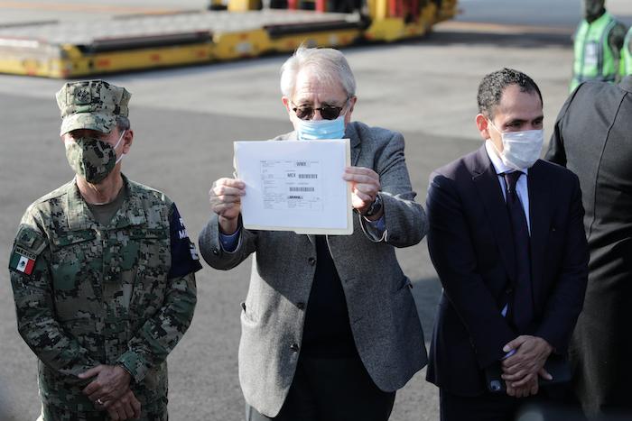 El Secretario de Salud de México, Jorge Alcocer, sostiene la etiqueta de envío de DHL para el primer envío de la vacuna Pfizer COVID-19 a México en el Aeropuerto Internacional Benito Juárez en la Ciudad de México, el miércoles 23 de diciembre de 2020.