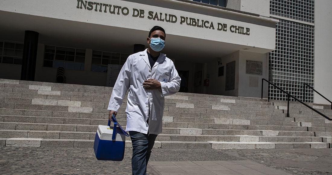 Un trabajador de salud camina frente al Instituto de Salud Pública de Chile en Santiago, el miércoles 16 de diciembre de 2020. El instituto anunció el miércoles su autorización para la vacuna Pfizer contra el COVID-19. La vacunación será voluntaria y gratuita y está previsto que comience en 2021. Foto: Esteban Félix, AP
