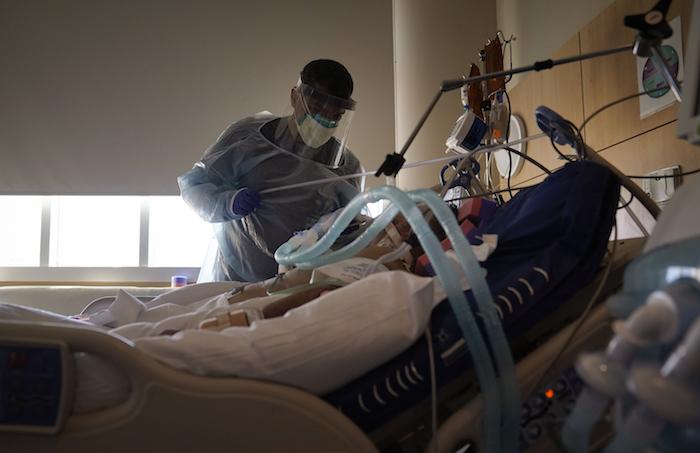 En esta foto de archivo del 22 de diciembre de 2020, el doctor Mher Onanyan atiende a un enfermo de COVID-19 en el hospital Providence Holy Cross Medical Center en el barrio Mission Hills de Los Ángeles.