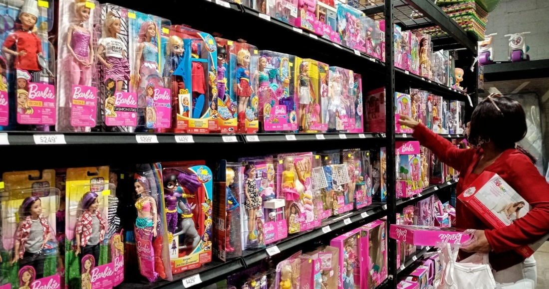 señora-compra-juguetes-barbies