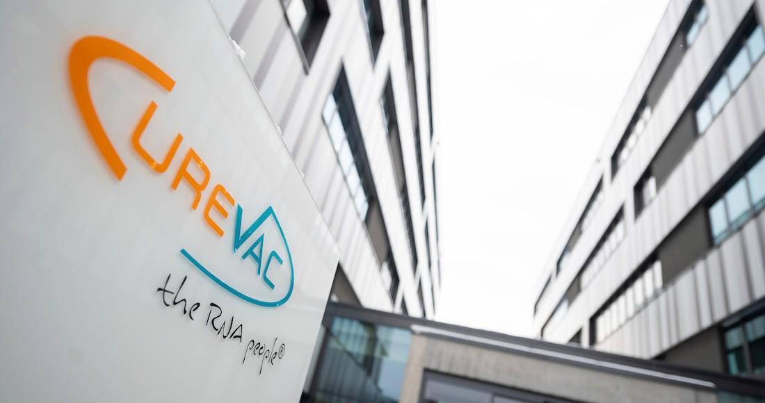 En la imagen, vista de logo de la empresa de biotecnología CureVac en su sede en Tuebingen, Alemania, el 7 de enero de 2021.
