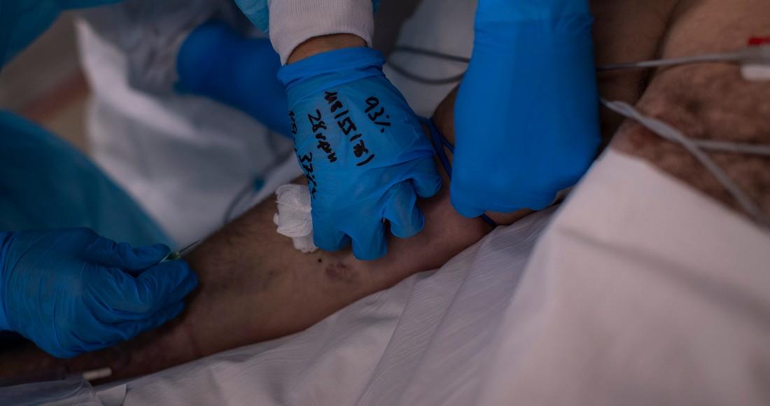 Un equipo de sanitarios atiende a un paciente de COVID-19 en el nuevo hospital Enfermera Isabel Zendal de Madrid, España, el lunes 18 de enero de 2021.