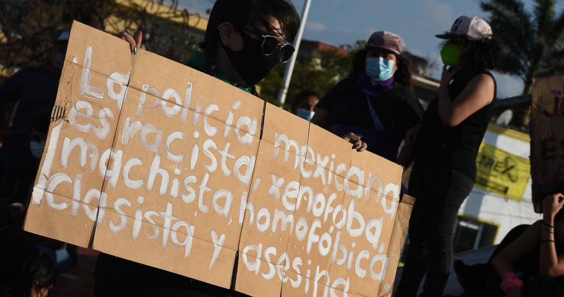Colectivas deministas protestaron por los recientes feminicidos sucedidos este fin de semana en Quintana Roo, uno de ellos, el de Victoria Salazar, quien murió a manos de los policías cuando fue arrestada.
