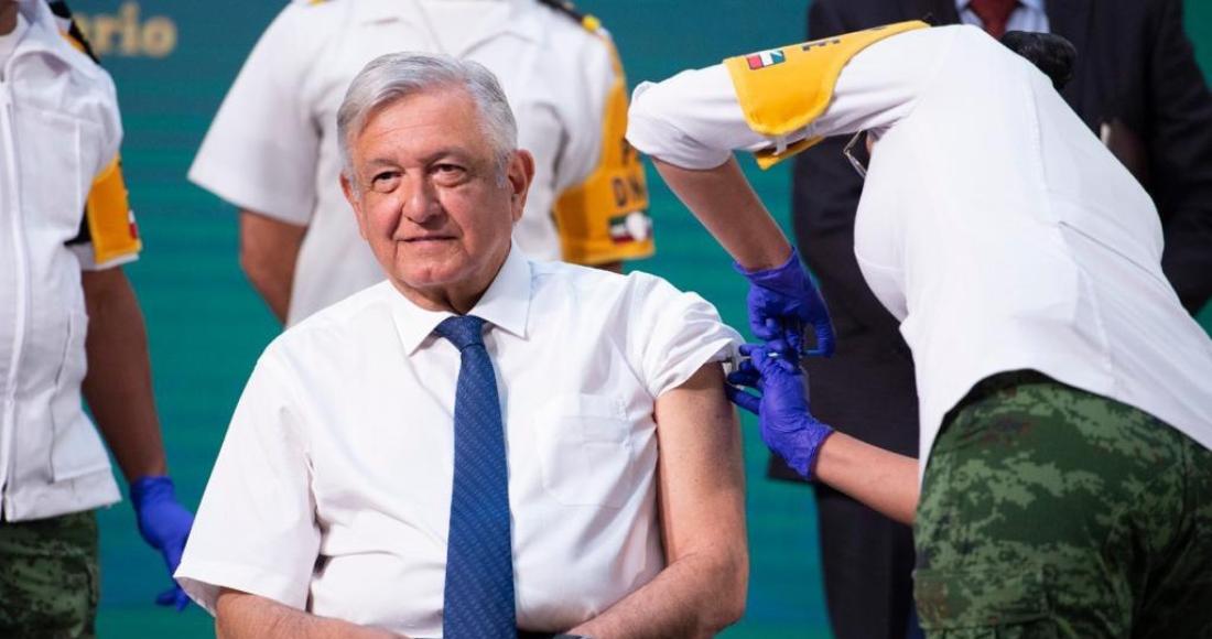 El Presidente Andrés Manuel López Obrador en el momento en que recibe la primera dosis de la vacuna contra la COVID-19 de AstraZeneca.
