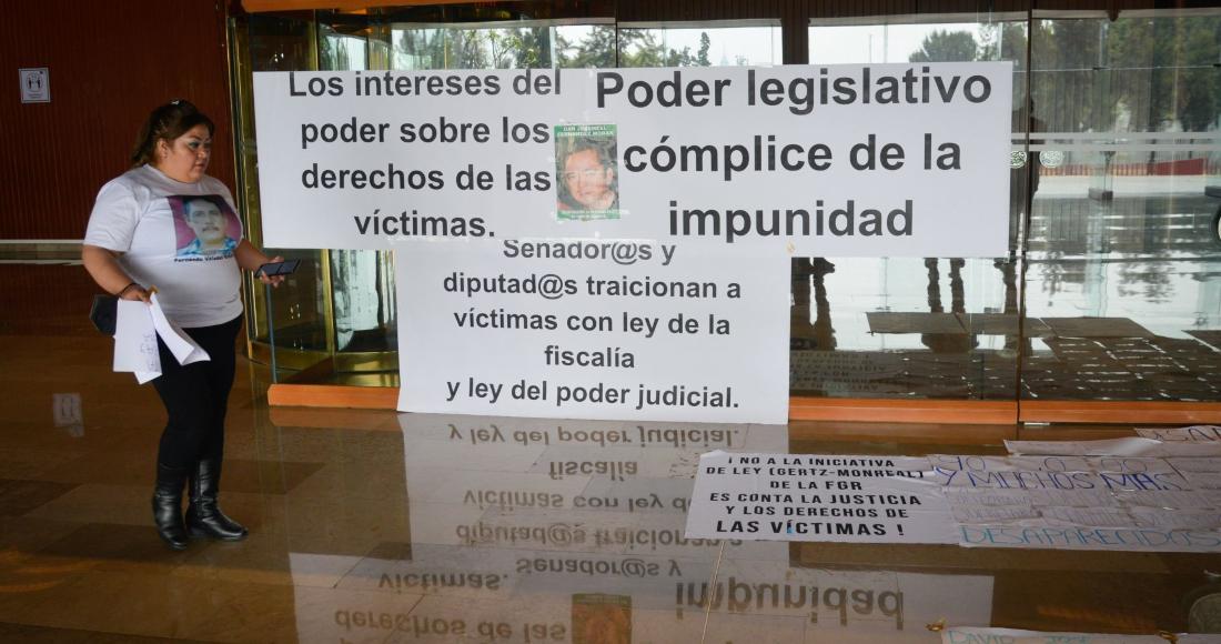Familiares de personas desaparecidas se manifestaron en el acceso principal al salón de Plenos de la Cámara de Diputados en contra de la reforma.