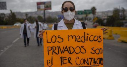 Protesta de médicos privados por la falta de la vacuna contra la COVID-19.