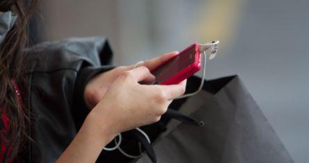 Una joven usa un teléfono inteligente.