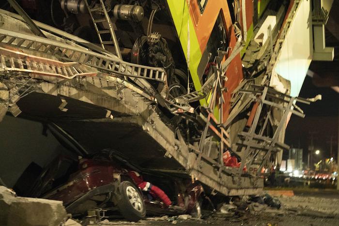 Imagen del 3 de mayo de 2021 del sitio donde colapsó la estructura de un tramo elevado del Metro de la Línea 12 causando el desplome de los vagones de un tren, en la Ciudad de México.