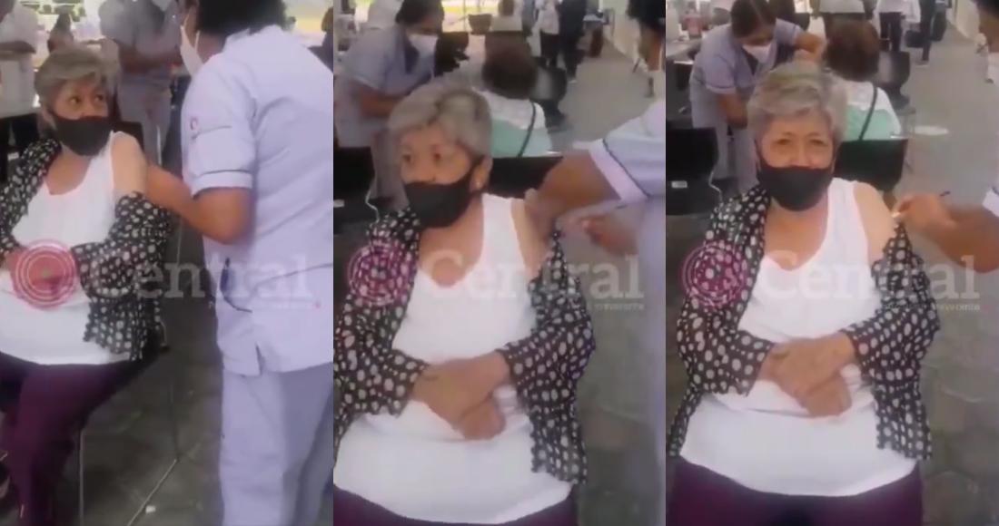Una enfermera fue captada en la jornada de vacunación en el Hospital General del Norte, en Puebla, simulando vacunar a una mujer de la tercera edad, quien acudió por la segunda dosis.