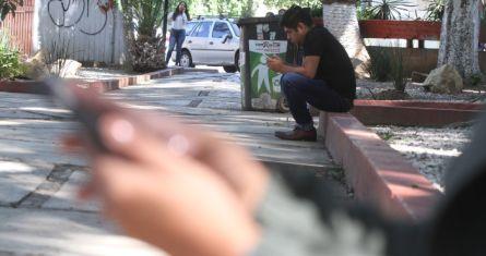 Jóvenes juegan en el celular.