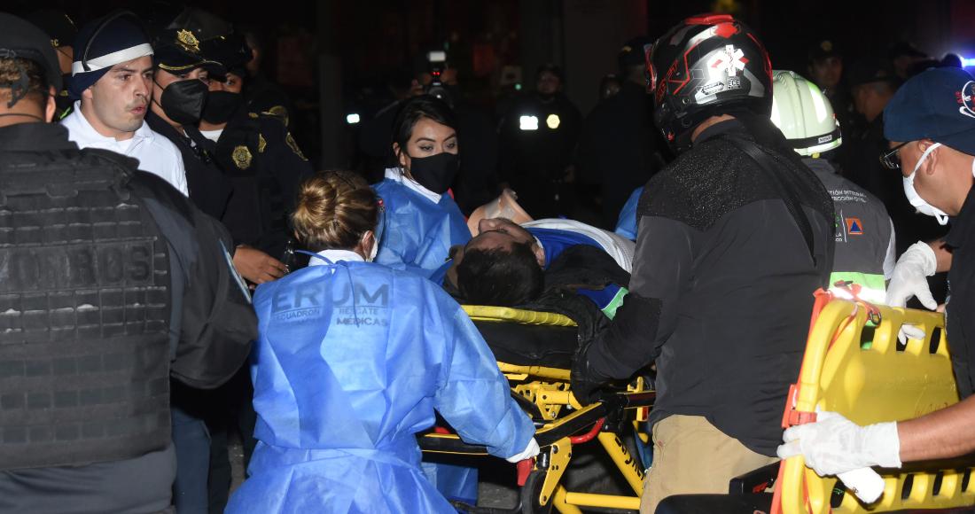 El personal de rescate de Ciudad de México mueve a una víctima de un vagón del Metro que cayó después de que un tramo de la Línea 12 colapsara en la Ciudad de México, el lunes 3 de mayo de 2021.