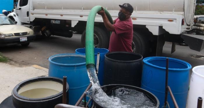 Abasto de agua con pipas en Iztapalapa.