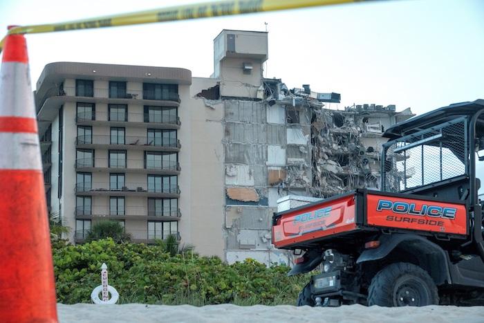 Al menos una persona ha muerto y varias han resultado heridas en el derrumbe parcial de un edificio de apartamentos de doce plantas en la ciudad de Miami, en el estado de Florida (EU), según informa la cadena de televisión CBS.