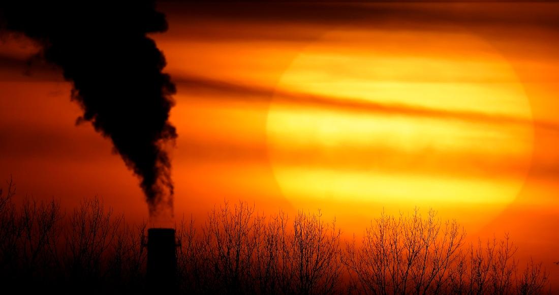 Foto tomada el 1 de febrero del 2021 del humo saliendo de una planta generadora de electricidad en Independence, Missouri.