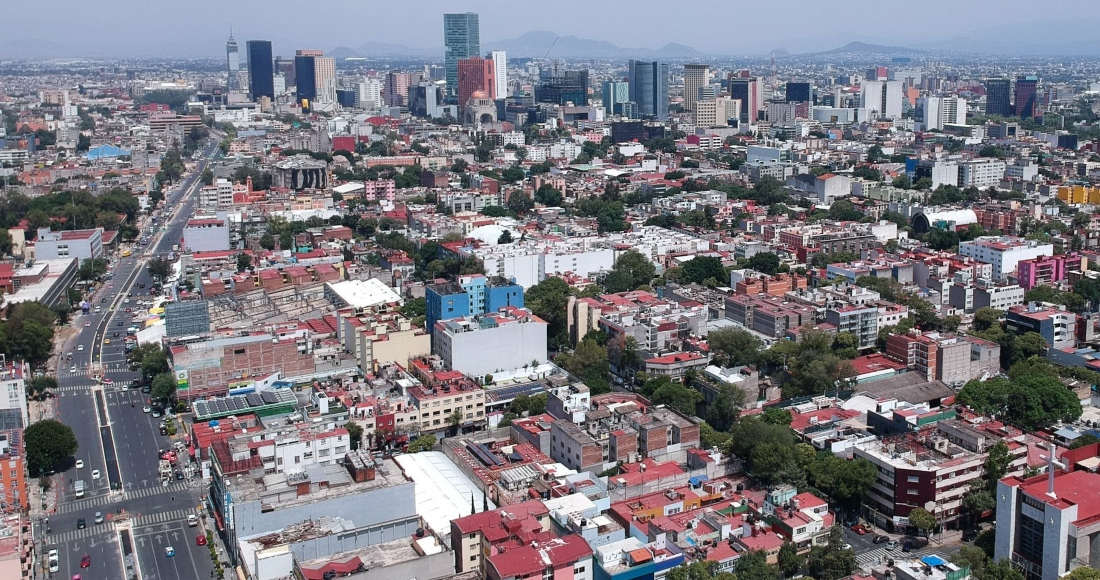 Vista panorámica de la Ciudad de México, donde al fondo se aprecian los edificios que rodean la Av. Paseo de la Reforma y Eje Central.