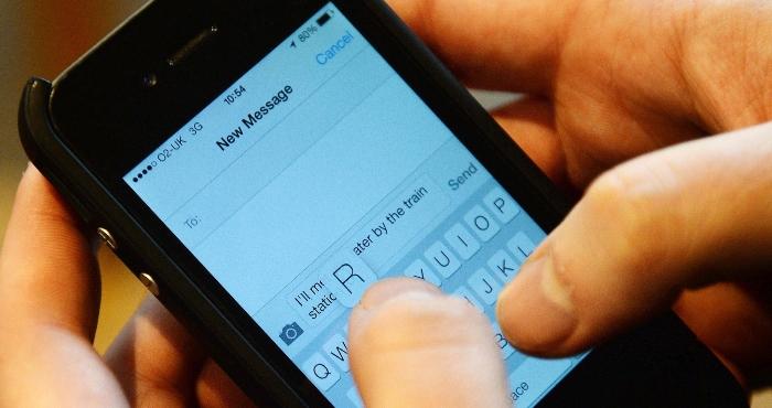 Escritura de mensaje de texto en un celular.