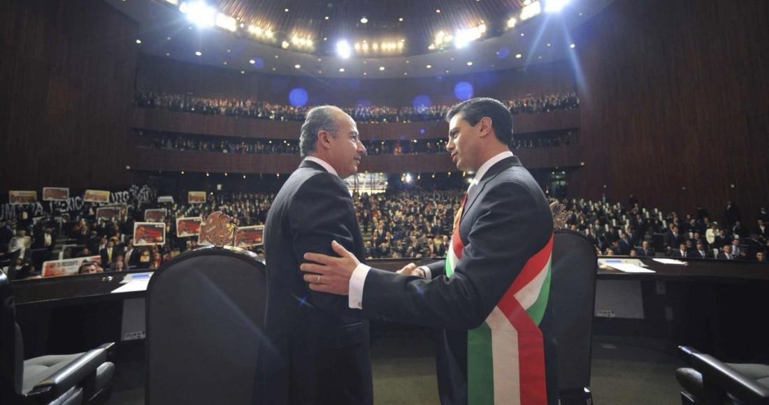 El expresidente Felipe Calderón estrecha la mano de Enrique Peña Nieto el día de su toma de posesión en 2012.