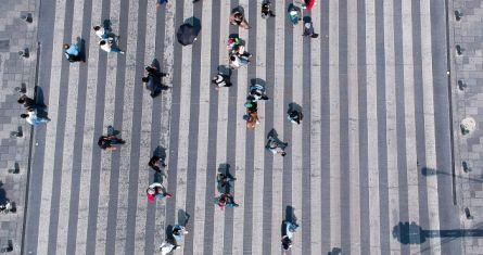 Personas caminan sobre paso peatonal en la Ciudad de México.