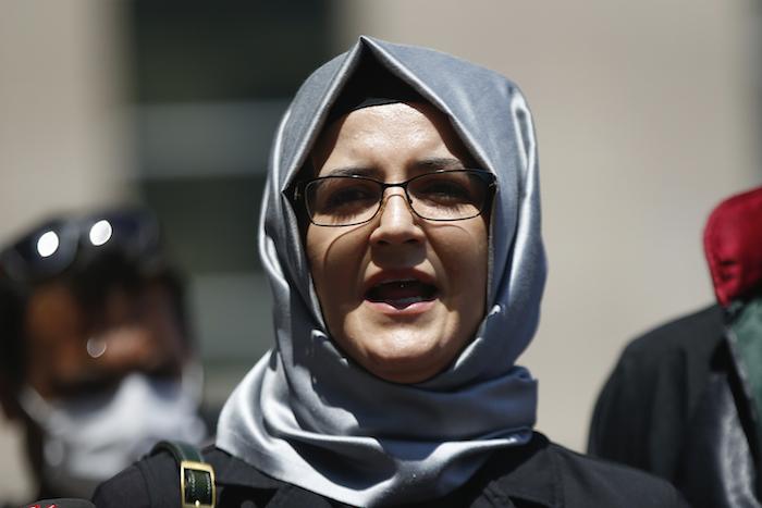 En esta fotografía de archivo del 3 de julio de 2020, Hatice Cengiz, la prometida del asesinado periodista saudí Jamal Khashoggi, conversa con la prensa en Estambul. Su teléfono fue infiltrado con el programa Pegasus de creación israelí días después del asesinato de Khashoggi, según un consorcio de medios.