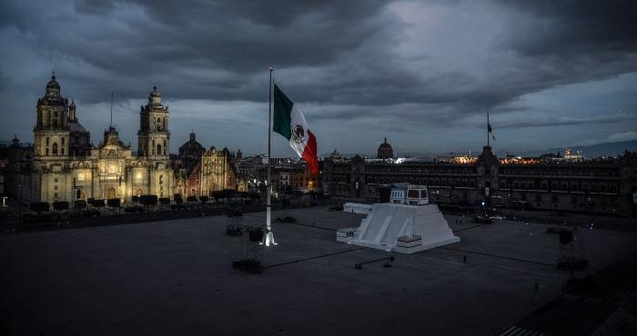 Bandera de México en el Zócalo de la Ciudad de México.