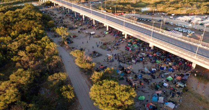 Migrantes, muchos de ellos haitianos, están acampados bajo el puente internacional Del Río cerca del río Bravo, jueves 23 de setiembre de 2021, en Del Río, Texas, EU.