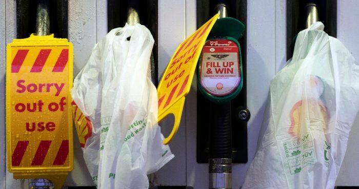 Surtidores cerrados en una gasolinera que se quedó sin combustible debido a las compras de pánico en Gran Bretaña, en Manchester, Inglaterra, el lunes 27 de septiembre de 2021.