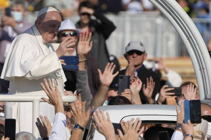 El Papa Francisco llega para celebrar una misa en la explanada del Santuario Nacional en Sastin, Eslovaquia, el miércoles 15 de septiembre de 2021.