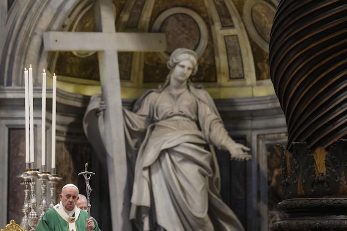 Fotografía de archivo del 10 de octubre de 2021, del Papa Francisco celebrando una misa en la Basílica de San Pedro para la apertura del sínodo de los obispos, en el Vaticano.