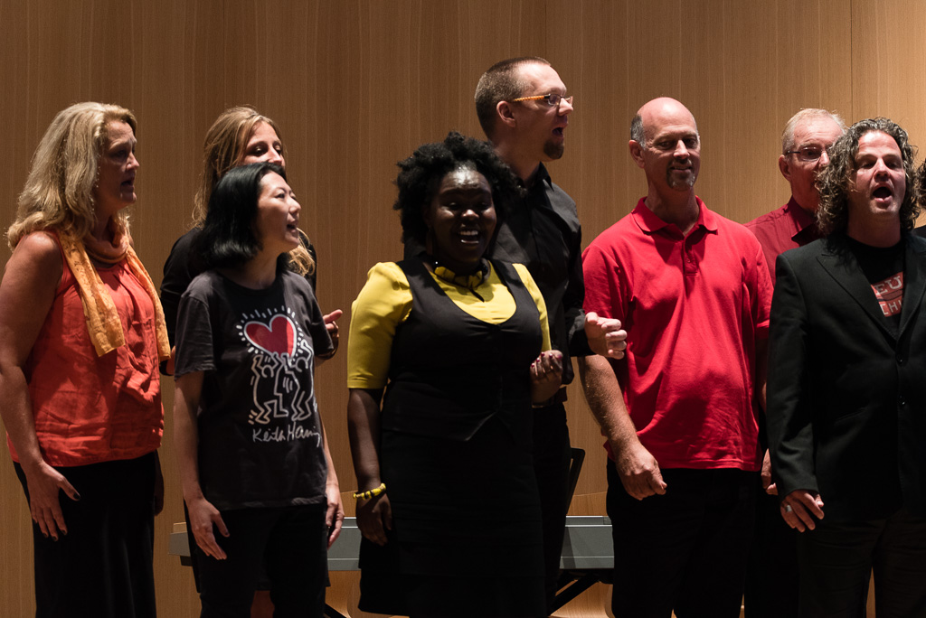 Singing from the Heart Gospel Choir The Hague zingt circle song in Vredespaleis in Den Haag