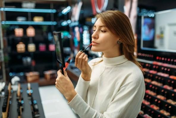 fodera per labbra per test di clienti femminili nel negozio di cosmetici YCX7D4E