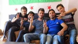Del Grande davanti a una bandiera dell'insurrezione filo-atlantica in Siria