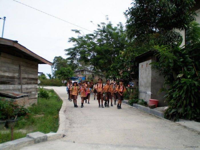 Niños en TukTuk, SamosirNiños en TukTuk, Samosir supervolcán Toba