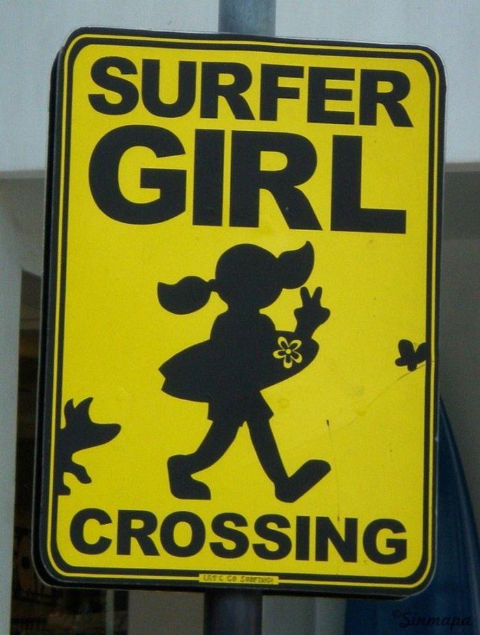 Cartel Surfer Girl en Kuta, Bali - Sinmapa.net