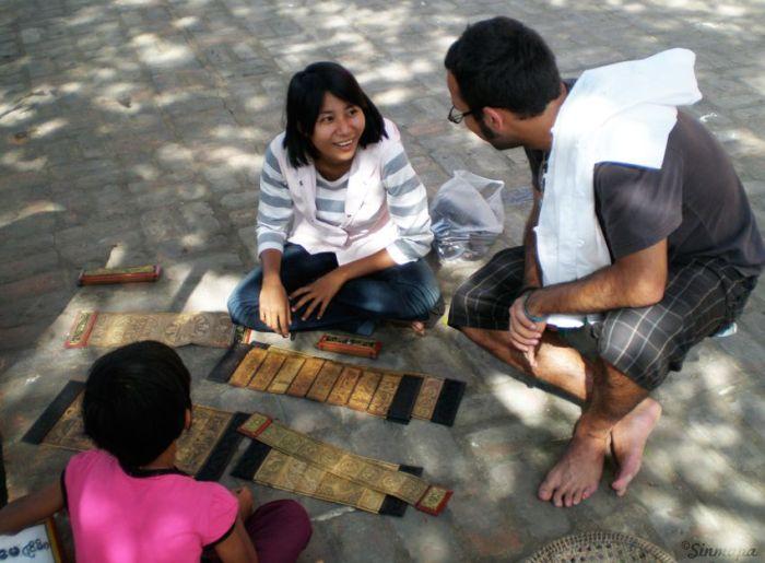 herramientas para viajar Regateando por unos souvenirs en Myanamar