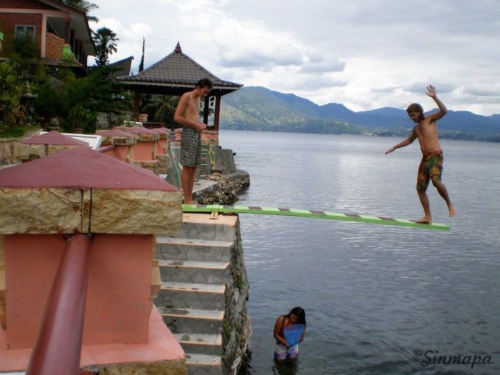 Chapuzón en el lago Toba, Sumatra supervolcán Toba