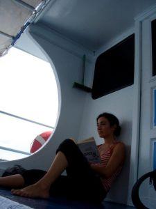 Leyendo un libro en un barco en Tailandia