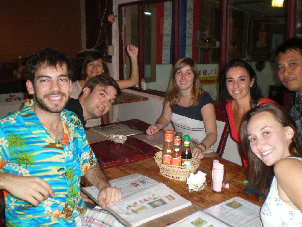 Cenando en Tailandia empezar un viaje