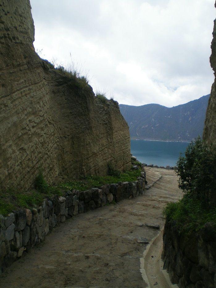 Caminito que lleva hasta el lago Quilotoa