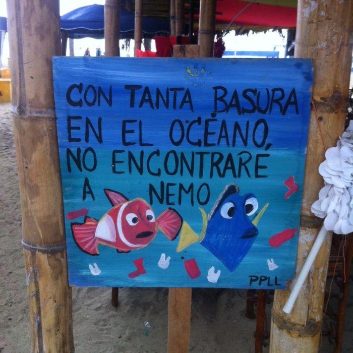 Cartel en un chiringuito en la playa central de Puerto López