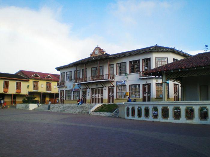 Plaza de San Sebastián - qué ver en Loja Ecuador Sudamérica