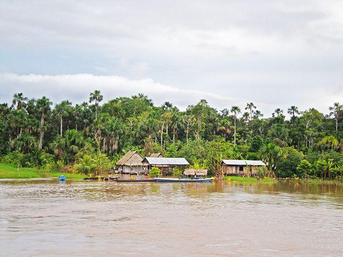 Poblaciones a orillas del rio amazonas desde el barco carguero de Yurimaguas a Iquitos - Amazonia