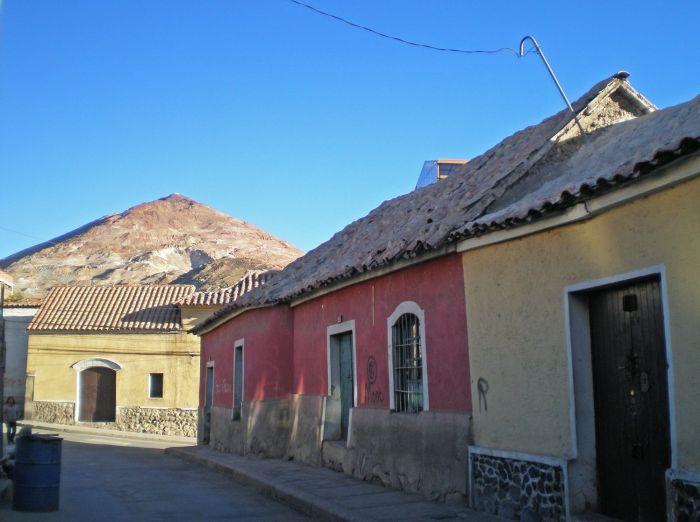 Casitas con el Cerro Rico de Fondo qué ver en Potosí Bolivia