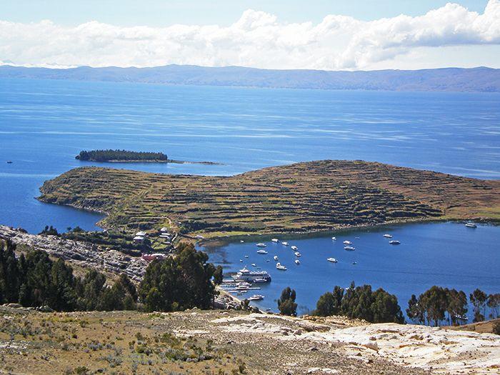 Vistas desde el Camino que une el puerto norte y el sur en la Isla del Sol