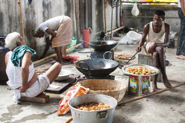 Preparando la comida para los visitantes de uno de los pandals