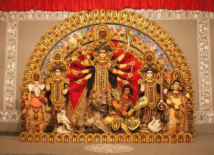 Escultura de Durga Puja dentro de un Pandal