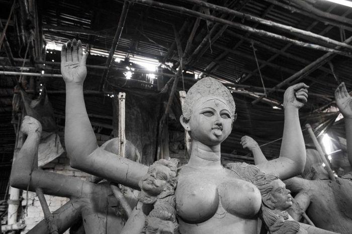 Escultura de una de las deidades en uno de los talleres de Calcuta