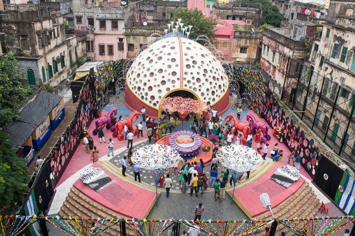 Un pandal visto desde arriba. Podéis admirar el tamaño y colorido que contrasta con su entorno