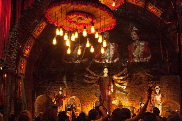 Una escultura de la diosa Durga dentro de un Pandal en Calcuta